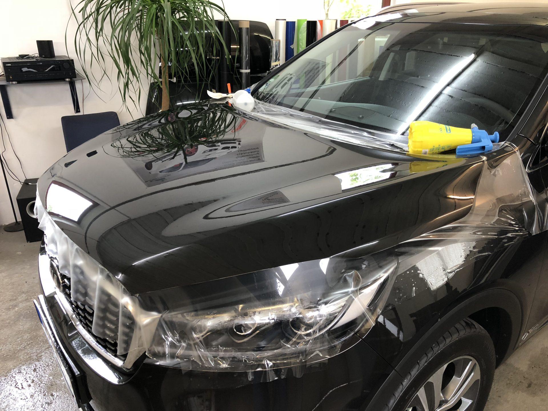 Lackschutzfolie auf die Motorhaube